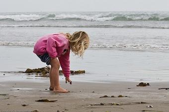 Molestò bimba in spiaggia a Meta, pena ridotta in appello a 73enne