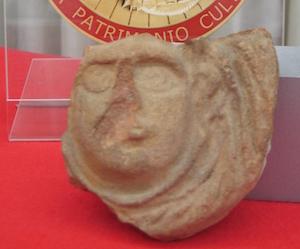 Restituisce l'antica maschera di terracotta: l'aveva rubata nel '64 durante il viaggio di nozze