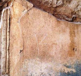 Pompei, turista sorpreso a incidere le iniziali del suo nome sulla parete di una domus