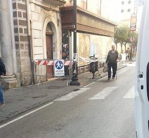 Puzza tremenda e fabbricato a rischio crollo: arrivano i carabinieri