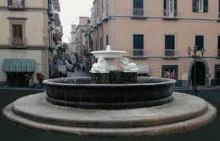 Porta via le monetine dalla fontana di Vico Equense, ma viene assolto