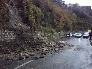 Frana sulla Statale Amalfitana: a lavoro i rocciatori per ripristinare la viabilità