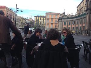 Domenica di relax a piazza Dante per Riccardo Scamarcio e Valeria Golino