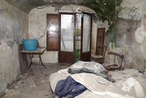 Casa-tugurio, sfrattato 70enne