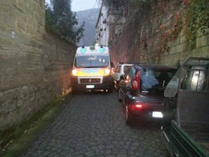 Piano di Sorrento, ambulanza bloccata per le auto in sosta vietata