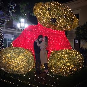 Sorrento romantica: il bacio di Belen e Stefano sotto l'orsacchiotto gigante