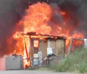 In fiamme una baracca con le bombole del gas, paura a Sant'Agnello