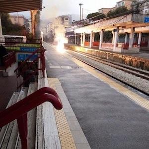 Paura alla Circum, crollano i fili: treni fermi