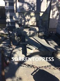 Abbandonata all'incuria la tomba di chi realizzò l'ospedale di Sorrento