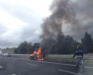 Auto in fiamme: traffico bloccato e disagi per raggiungere la Costiera
