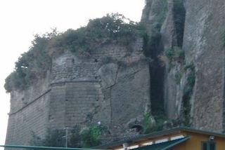 Rischio crollo per il Fortino Sant'Antonino di Marina Piccola