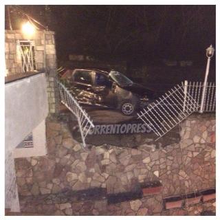 Incidente nella notte a Priora: 22enne finisce fuori strada