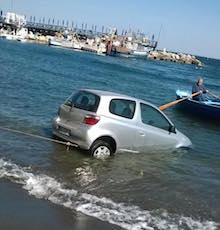 Auto finisce in mare a Marina Grande