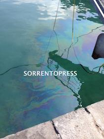 Chiazza di nafta nel porto di Sorrento