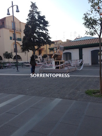 Danneggiata l'installazione di Pomodoro di piazza Veniero