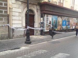 Cadono calcinacci, transennato il corso Italia