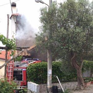 Fiamme ai Colli di Fontanelle, tre famiglie evacuate -video-