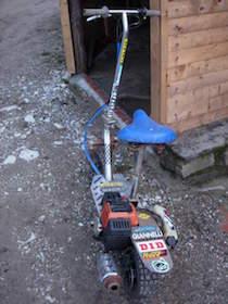 Dipendente comunale con monopattino a motore nell'area pedonale, sequestro e multe
