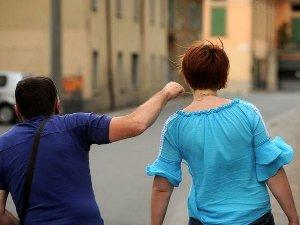 A Meta picchia una turista per rapinarle la collana d'oro