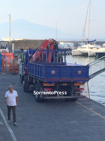 Porto di Marina Piccola: Si cerca la perdita di nafta che finisce in mare