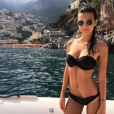 La bellissima modella Emily Ratajkowski in vacanza a Positano