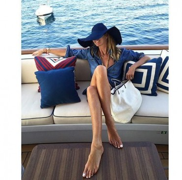 La top model Elle Macpherson in vacanza in costiera