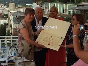 In vacanza a Sorrento per 45 anni, premiata dall'amministrazione