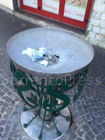 La fontanella trasformata in cestino dei rifiuti
