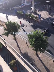 Incidente sul corso Italia, il ferito sull'asfalto per 10 minuti