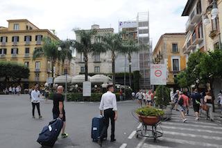 Ponteggio sponsorizzato in piazza Tasso. Cosa ne pensate?