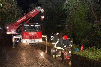 Auto giù dal burrone sull'Amalfitana, 3 ragazzi salvi per miracolo