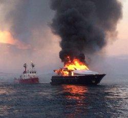 A fuoco lo yacht di De Laurentiis