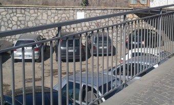 Parcheggio nell'alveo del rivolo, parte la denuncia