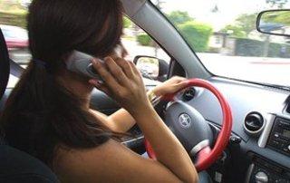 Ritiro della patente immediato per chi guida e parla al cellulare