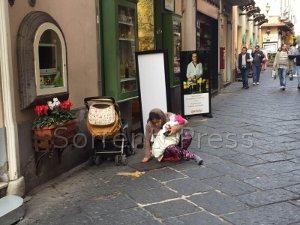 """Accattonaggio a Sorrento, mendicanti con bimbi """"al lavoro"""" h24"""
