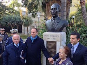 Inaugurato il busto di Salve D'Esposito nella Villa Comunale
