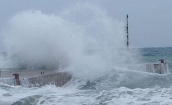 Il mare agitato danneggia la passeggiata della Marina