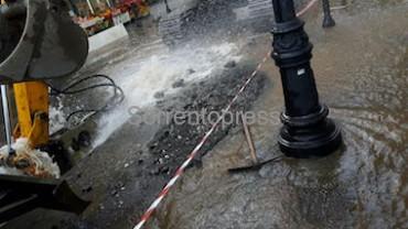 Durante lo scavo si rompe condotta idrica, allagato il corso Italia
