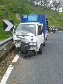 Incidente sul Nastro Verde, autista bloccato in un furgone