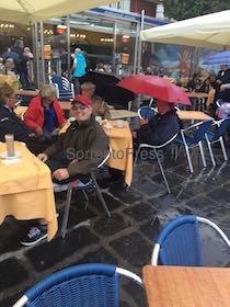 Turisti con l'ombrello ai tavolini dei bar di piazza Tasso – fotogallery –