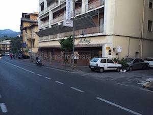 Cade intonaco dal palazzo, chiusa parte del marciapiedi di via degli Aranci