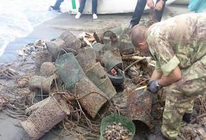 Tre tonnellate di rifiuti raccolti nei fondali di Marina Grande