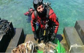 Sommozzatori a caccia di rifiuti sui fondali di Marina Grande