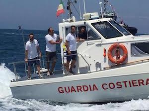 Barca in avaria con 8 persone a bordo soccorsa a Castellammare