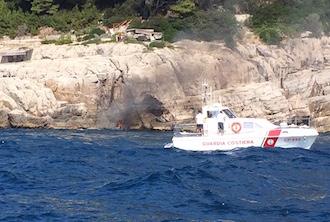 Barca a fuoco al largo di Massa Lubrense