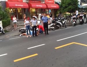 Incidente in via degli Aranci, centauro sull'asfalto per mezz'ora