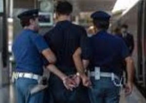 polizia-stazione-napoli-ladro