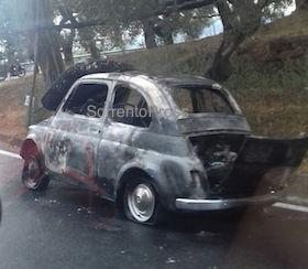 Auto in fiamme lungo via Nastro Verde