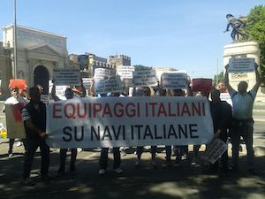 Protesta dei marittimi contro l'imbarco di extracomunitari