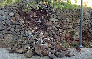 Muro franato sulla strada, ordinato il ripristino